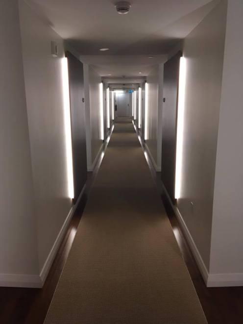 couloir menant aux chambres contemporaines